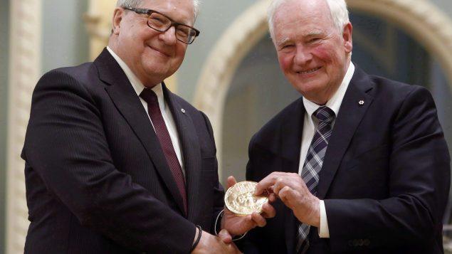 حاكم كندا العام ديفيد جونستون (إلى اليسار) يسلّم ميداليّة بيرسون للسلام إلى وزير الخارجيّة الكندي السابق لويد أكورثي في 24-05-2017/Fred Chartrand/CP