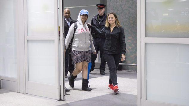 وزيرة الخارجيّة الكنديّة كريستيا فريلاند (إلى اليمين) استقبلت السعوديّة رهف محمّد القنون لدى وصولها إلى مطار بيرسون الدولي في تورنتو/Chris Young/CP