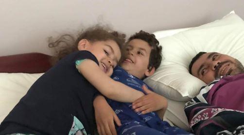 أيمن دربالي مع اثنين من أبنائه - Aymen Derbali