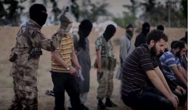 """يعتقد المحللون الأمنيون أن الرجل المقنع الذي يظهر على الصورة  المأخوذة من أحد مقاطع الفيديو الدعائية لتنظيم """"الدولة الإسلامية"""" المسلّح  (""""داعش"""") هو الشخص الذي يدّعي أنه كندي - Screenshot/YouTube"""