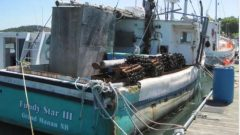 سفينة صيد أتلفتها شرطة خفر السواحل بعد سحبها إلى مرفأ بيفر هاربور في نوفا سكوشا/Radio-Canada