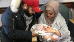 الطفلة فاطمة العامري، أولى مواليد 2019 في تورونتو، مع أمّها دينا وأبيها محمّد - Chris Langenzarde/CBC