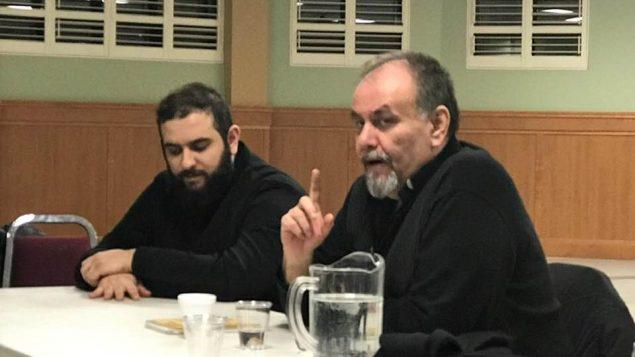 الأب غسّان ورد إلى اليمين يحاضر في إحدى كنائس طائفة الروم الارثوذكس في العاصمة الكندية أوتوا حقوق الصورة: صفحة الفيسبوك الخاصة بالأب ورد