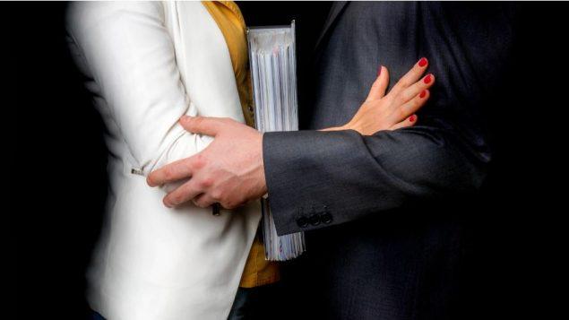 ذكرت 4٪ من النساء وأقل من 1٪ من الرجال أنهم عانوا من التحرّش الجنسي في مكان عملهم - iStock