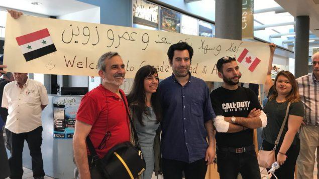 الشابّة السوريّة رهف زوين تتوسّط والدها وشقيقها لدى وصولهما كلاجئين إلى كندا/ West Kootenay Friends of Refugees /Roseland area/ BC.