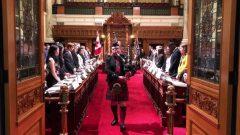 عازف مزمار القربة لدى افتتاح جلسة برلمان الشباب في مقاطعة بريتيش كولومبيا/Radio-Canada / Adrien Blanc