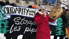مسيرة لدعم معارضي مشروع خط أنابيب كوستال غاسلينك - Jessica Deer/CBC