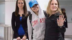 وزيرة الخارجيّة الكنديّة كريستيا فريلاند كانت في استقبال الشابّة السعوديّة رهف محمّد القنون (في الوسط) لدى وصولها إلى مطار تورونتو الدولي/Chris Young/CP