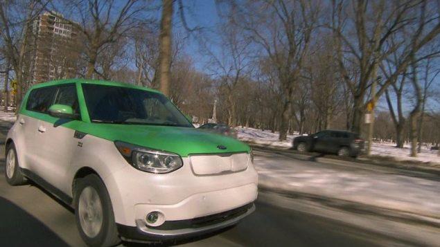 سيّارة كهربائيّة تابعة لشركة تيو تاكسي لسيّارات الأجرة في مونتريال/Radio-Canada