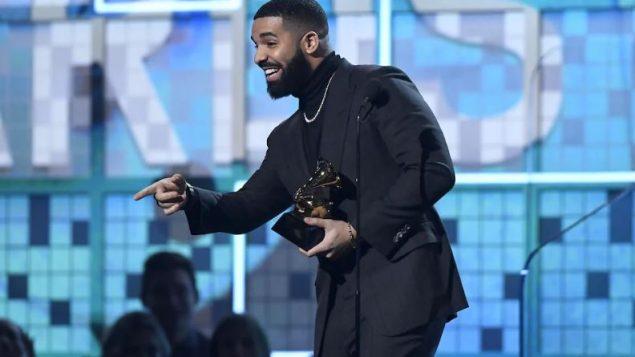 مغنّي الراب الكندي دريك فاز بجائزة غرامي عن فئة أفضل أغنية راب للعام في 10-02-2019/Getty Images / Kevork Djansezian