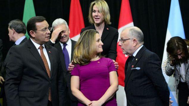 كريستيا فريلند، وزيرة خارجية كندا وسفيرة الولايات المتحدة الأمريكية لدى كندا،كيلي كرافت (وسط الصورة) وباقي وزراء خارجية مجموعة ليما بعد انهاء اجتماع أوتاوا - /The Canadian Press Sean Kilpatrick
