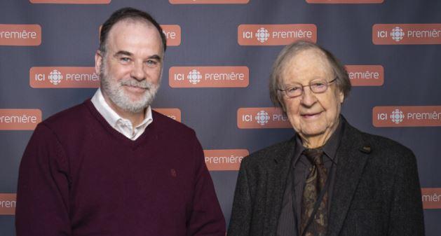عالم الاجتماع الشهير غي روشيه إلى يمين الصورة وإلى اليسار بيار دوشات كاتب سيرته الذاتية/راديو كندا