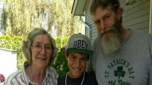 لي فان هست مع والدته وقريبه /CHEK News