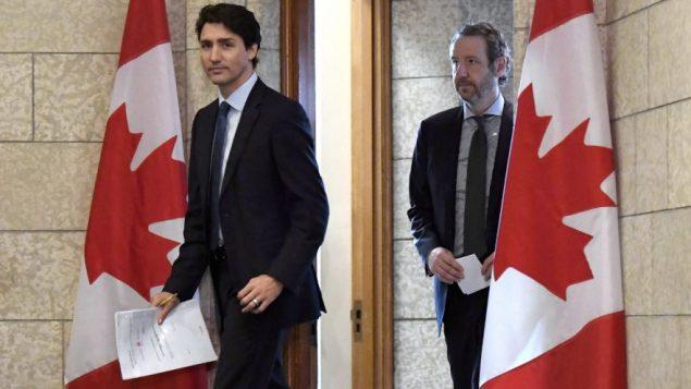 رئيس الحكومة الكندية جوستان ترودو وكبير مستشاريه المستقيل جيرالد باتس (إلى اليمين) – أرشيف - The Canadian Press / Justin Tang