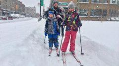 مواطنون استفادوا من العطلة القسريّة للتزلّح وسط شارع غمرته الثلوج في مونتريال/Radio-Canada / Simon-Marc Charron