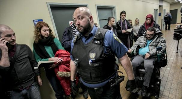 أيمن دربالي الذي أصيب بشلل أعضائه الأربعة بعد تعرّضه لرصاصات منفذ الهجوم المسلح على مسجد كيبيك، يصل إلى المحكمة لحضور جلسة النطق بالعقوبة على الجاني - Radio Canada