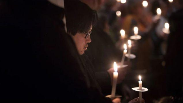 مشاركون في أمسية على ضوء الشموع جرت في تورونتو تكريما لضحايا القاتل المتسلسل بروس ماك آرثر في 10-02-2019/Chris Young/CP