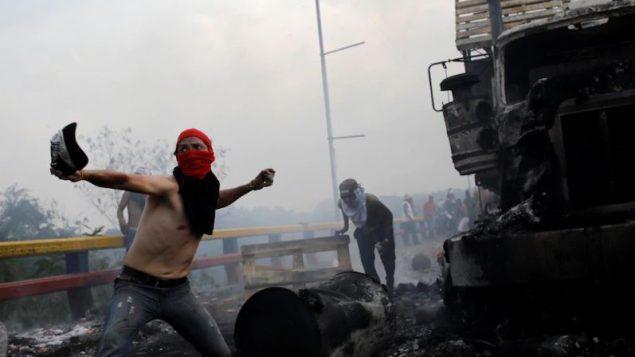 متظاهرون في فنزويلا يواجهون قوّات الأمن على الحدود مع كولومبيا/Reuters / Marco Bello