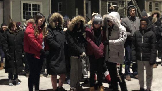 تجمّع أمام المنزل الذي دمّره الحريق تضامنا مع عائلة ابراهيم وكوثر برهو التي فقدت أطفالها السبعة/Radio-Canada / Olivier Lefebvre