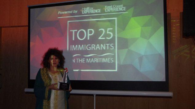 فرحناز رضائي خلال حفل تكريم مهاجرين متألّقين في الرصيف 21 في مدينة هاليفاكس في 03-11-2018/فيسبوك/فرحناز رضائي