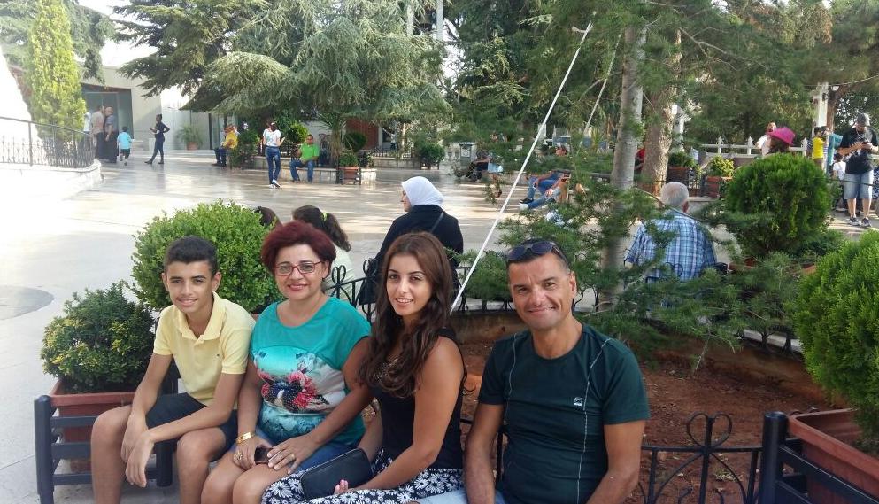 عامر الترك قبل إصابته مع زوجته ريما وابنته يارا (19 عاما) وابنه يورغو (16 عاما) الصورة مقدّمة من السيد عامر الترك