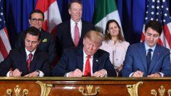 """المصادقة على اتفاق التبادل الحر بين الولايات المتحدة والمكسيك وكندا """"أوسمكا"""" في بوينوس أيريس في الأرجنتين في 30 نوفمبر تشرين الثاني 2018 من طرف رئيس الحكومة الكندية، جوستان ترودو (إلى اليمين) والرئيس الأمريكي دونالدي ترامب والرئيس المكسيكي السابق انريكي بينيا نييتو (إلى اليسار) – AFP/Getty Images / SAUL LOEB"""