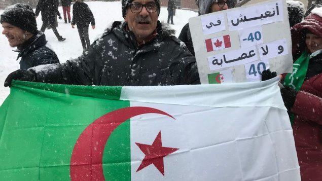 أحد المشاركين في المظاهرة التي نُظمت في مونتريال ضد الولاية الخامسة للرئيس الجزائري عبد العزيز بوتفليقة - Photo : Samir Bendjafer