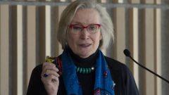 وزيرة العلاقات مع السكّان الأصليّين كارولين بينيت/Adrian Wyld/CP