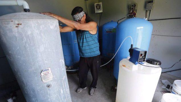 معالجة وتطهير المياه في أحد تجمعات السكان الأصليين - The Canadian Press / JOHN WOODS