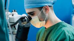 تميّز هاني وليد حديد الذي يحصل على شهادة الدكتوراه في جراحة العيون من جامعة لافال في كيبيك في تموز /يوليو من العام 2020، بالمشاركة في أول عملية زرع تلسكوب في العين في كندا/الصورة مقدّمة من هاني حديد