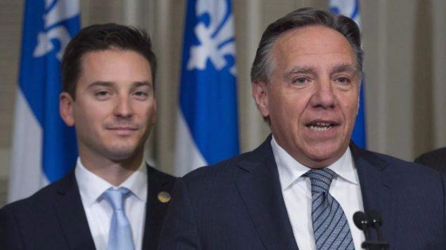 رئيس حكومة كيبيك فرنسوا لوغو إلى اليمين مع الوزير سيمون جولان باريت/راديو كندا