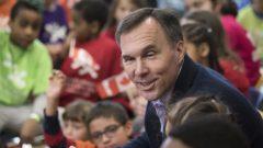 وزير المال بيل مورنو يتحدّث إلى تلاميذ في تورونتو/Chris Young/CP