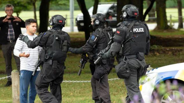 عناصر الشرطة في محيط مسجد النور في نيوزيلندا الذي تعرّض للهجوم/Martin Hunter/Reuters