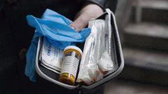 محفظة بلاستيكيّة تحوي مادّة نالوكسون، ترياق المخدّرات/Jonathan Hayward/CP