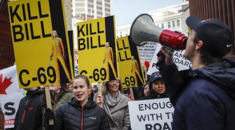 أعداد من المتظاهرين في كالغاري ضد تدعيم مشروع القانون حول حماية البيئة/راديو كندا