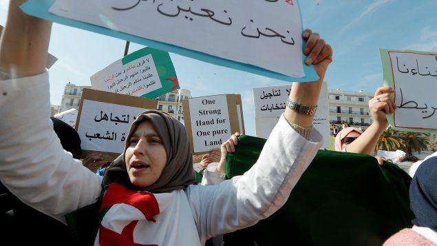 اساتذة وطلاّب يشاركون في مظاهرة في الجزائر العاصمة في 13-03-2019/ REUTERS/Zohra Bensemra