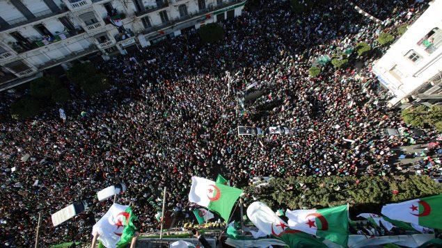 مظاهرة حاشدة ضدّ التمديد للرئيس بوتفليقة في الجزائر العاصمة في 15-03-2019/.REUTERS/Ramzi Boudina