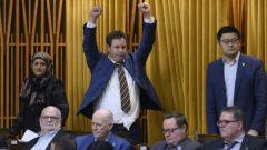 أعضاء عن الحزب الليبرالي في مجلس العموم بعد انتهاء جلسة التصويت الماراثونيّة التي استمرّت لـ30 ساعة متتالية/Justin Tang/CP