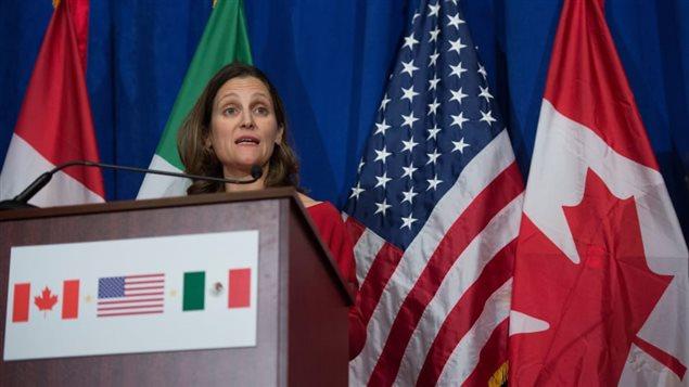 وزيرة الخارجيّة كريستيا فريلاند خلال إحدى جولات التفاوض بشأن نافتا/ AFP/Getty Images/ANDREW CABALLERO-REYNOLDS