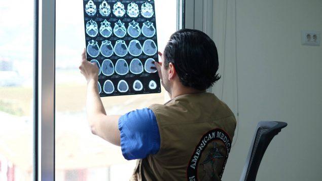 الدكتور سامي مبيّض يعاين صورة أشعّة/سامي مبيّض/SAMS/فيسبوك