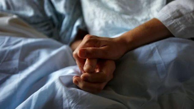 في معظم الأوقات، يقوم الأطباء بتقديم المساعدة الطبية على الموت. وفي أقل من 10 ٪ من الحالات، تمّت العملية بإشراف ممرض مختص -Shaun Best / Reuters