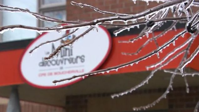أغصان الأشجار تكسّرت تحت ثقل الأمطار الجليديّة في عدد من أنحاء مونتريال الكبرى/ Radio-Canada