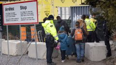 الشرطة الفدراليّة أوقفت لاجئين على الحدود الكنديّة الأميركيّة /Paul Chiasson/CP