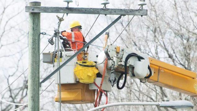 فرق التصليح التابعة لشركة هيدرو كيبيك تعمل على اعادة التيار الذي انقطع عن عشرات آلاف المشتركين في أنحاء من مقاطعة كيبيك/Graham Hughes/CP