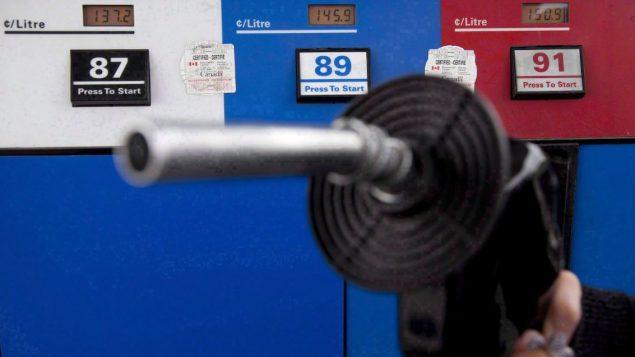 تبدأ التنقلات والأسفار في التزايد مع قدوم الصيف. ويكون الطلب على الوقود أقوى ما يؤدي إلى ارتفاع أسعارالبنزين - Jonathan Hayward / The Canadian Press