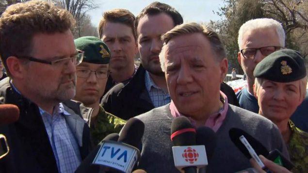 رئيس حكومة كيبيك فرانسوا لوغو (إلى اليمين) وعمدة غاتينو ماكسيم جوبان بيدنو/Radio-Canada