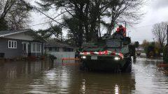 القوات المسلحة الكندية أثناء تدخّلها بعد فيضانات 2017 في غاتينو (كيبيك) - Radio Canada / Florence Ngué-No