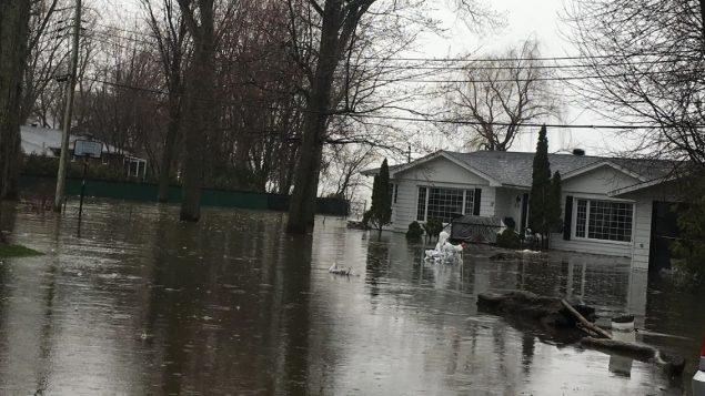 فيضانات في إيل بيزار قرب مونتريال - Radio Canada / Rachel Huppe