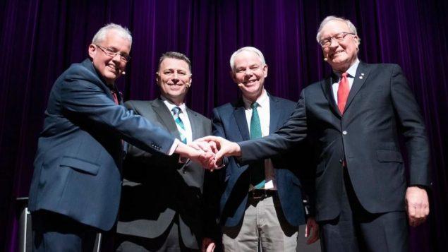 من اليسار: زعيم الديمقراطيين الجدد جو بايرن، وزعيم المحافغظين دنيس كينغ وزعيم الخضر بيتر بيفان بايكر وزعيم الليبراليين ويد ماكلاكلين يتصافحون قبل المناظرة التلفزيونيّة/ Brian McInnis/CB/هيئة الاذاعة الكنديّة