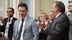 رئيس حكومة كيبيك فرانسوا لوغو (إلى اليمين) ووزير الهجرة الكيبيكي سيمون جولان باريت/Radio-Canada